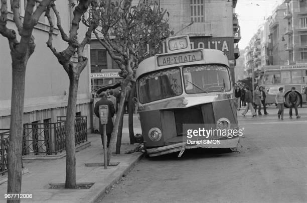 Débris de voitures et d'autobus après un attentat perpétré devant l'école Polytechnique à Athènes pendant la loi martiale le 20 novembre 1973 Grèce