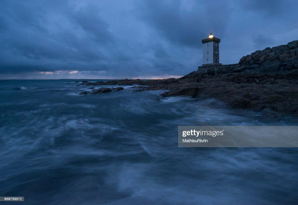 Début de nuit au phare du Conquet face à la mer d'Iroise : Stock-Foto