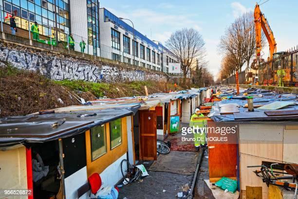 Début du nettoyage après évacuation du bidonville du Boulevard Ney le 3 février 2016 Paris France
