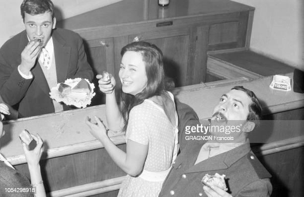 Décembre 1958 --- Rendez-vous avec Jean-Louis TRINTIGNANT : l'acteur mangeant une part de son gâteau d'anniversaire assis à une table, en compagnie...