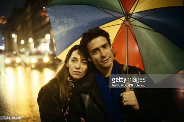 PARIS 20 décembre 1992 Cyril COLLARD réalisateur et acteur du film Les nuits fauves tiré de son roman homonyme Ici abrité d'un parapluie coloré il...