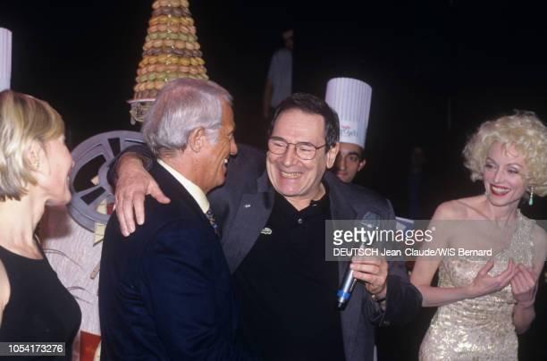 PARIS 2 décembre 1997 Robert HOSSEIN fête son 70ème anniversaire au théâtre Mogador lors d'une soirée surprise organisée par son épouse Candice PATOU...