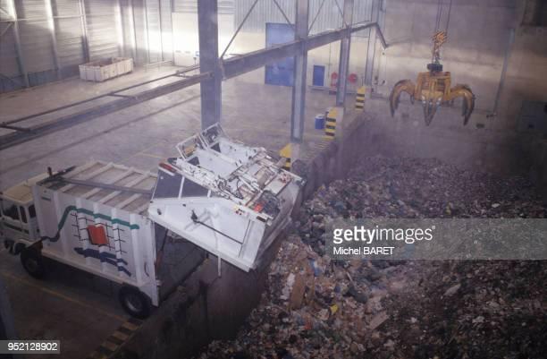 Déchargement des camions de poubelle dans l'usine de traitement de déchets d'EsysMontenay à Saran en novembre 1995 dans le Loiret France