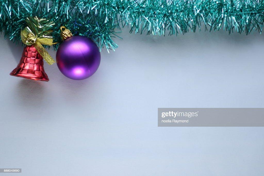 Image Brillante De Noel.Decorations De Noel Posees Sur Un Morceau De Guirlande Verte