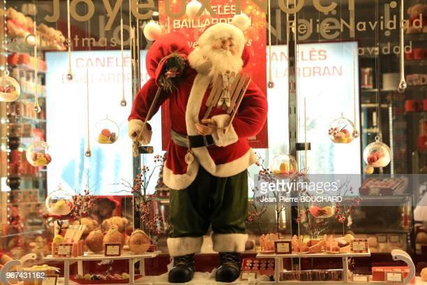 Décorations PèreNoël dans une vitrine de magasin Place PeyBerland 22 décembre 2015 Bordeaux France
