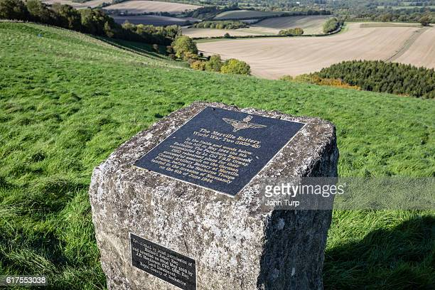 d-day merville battery parachute regiment memorial on the berkshire downs - berkshire downs stock pictures, royalty-free photos & images