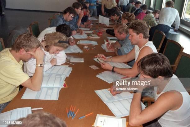 Übersiedler, die aus der Prager Botschaft kommen, füllen am 8.10.1989 im Aufnahmelager in Hof Anmeldeformulare aus. Die Aussiedler wollen Freiheit -...