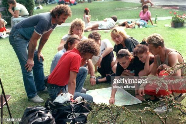 Bürger informieren sich am 17.8.1989 vor der deutschen Botschaft in Budapest auf einer Landkarte über den Verlauf der grünen Grenze. Über 10000...
