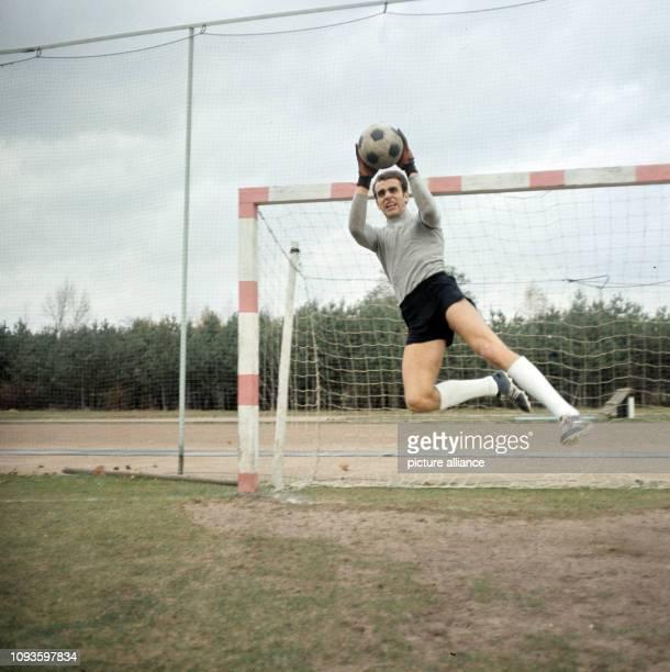 Fußballnationaltorhüter Jürgen Croy in Aktion für den Fotografen . Der Zwickauer Schlußmann stand von 1967 bis 1981 in 94 Länderspielen im Tor der...