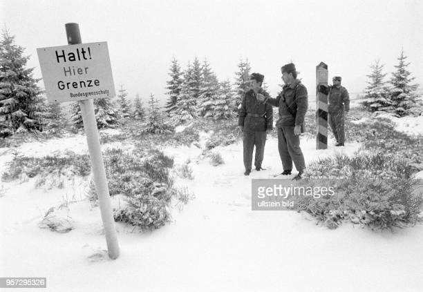 DDRGrenzsoldaten einer NVAGrenzkompanie bei Schierke am Brocken im Harz im Schnee auf einem Kontrollgang im Grenzgebiet der innerdeutschen Grenze...