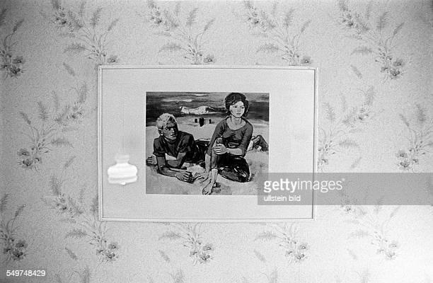 DDRMuseum eine Wohnung in einem Plattenbau in Hellersdorf ist wie zu DDRZeiten eingerichtet Tapete mit dem beruehmtem Gemälde 'Paar am Strand' von...