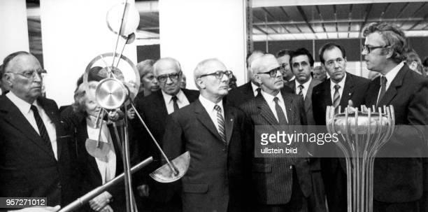 DDRPartei und Staatschef Erich Honecker bei seinem Besuch der IX Kunstausstellung der DDR in Dresden in der Ausstellungshalle am Fucikplatz...