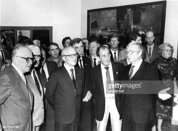 DDRPartei und Staatschef Erich Honecker besucht in Begleitung von Horst Sindermann und Willi Stoph am die X Kunstausstellung der DDR in Dresden...