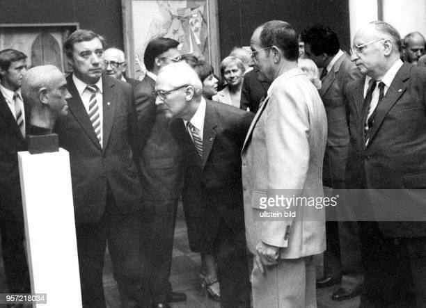 DDRPartei und Staatschef Erich Honecker betrachtet bei seinem Besuch der IX Kunstausstellung der DDR in Dresden eine Büste in der Ausstellungshalle...