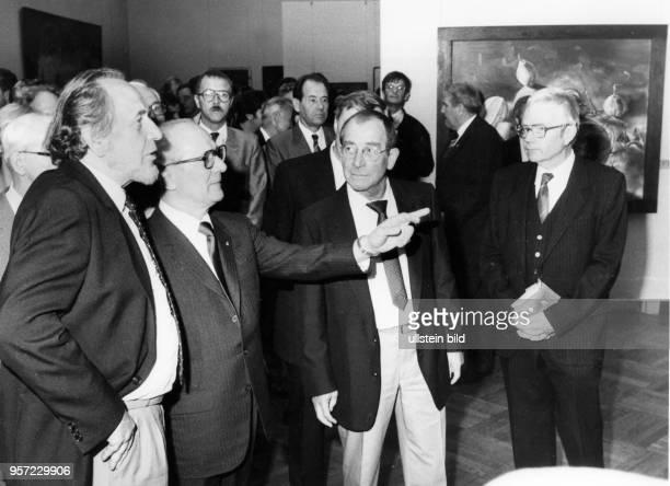 DDRPartei und Staatschef Erich Honecker im Gespräch mit den Malern Bernhard Heisig und Willi Sitte am bei der X Kunstausstellung der DDR in Dresden