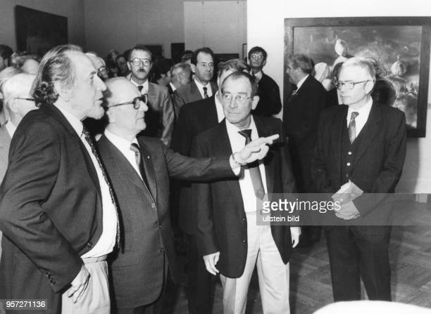 DDRPartei und Staatschef Erich Honecker unterhält sich am bei seinem Besuch der X Kunstausstellung der DDR in Dresden mit den Malern Bernhard Heisig...