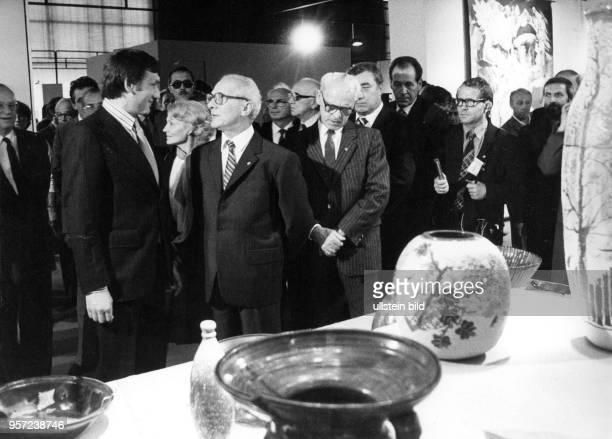 DDRStaats und Parteichef Erich Honecker bei seinem Besuch der IX Kunstausstellung der DDR in Dresden in der Ausstellungshalle am Fucikplatz...