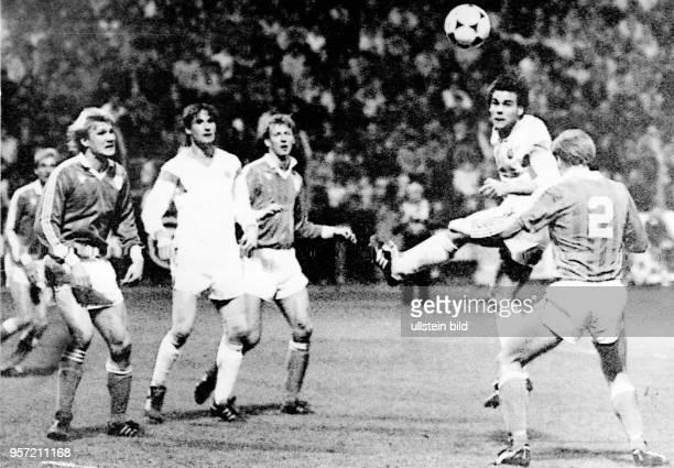 DDRStürmer Ulf Kirsten kommt vor dem finnischen Abwehrspieler Esa Pekonen zum Kopfball trifft aber das Tor nicht Abwehrspieler Andreas Trautmann...