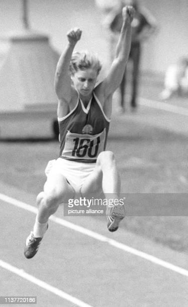 DDRWeitspringerin Sigrun Siegl setzt am im Olympiastadion in Montreal in die Grube Die Erfurterin hat bei den LeichtathletikWettbewerben der...