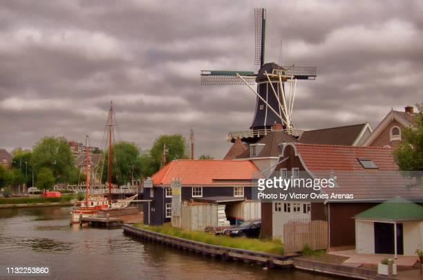 de adriaan windmill (molen) on the banks of the river spaarne - victor ovies fotografías e imágenes de stock