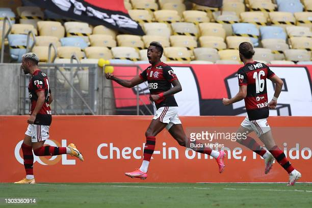 De Arrascaeta of Flamengo celebrates with teammates after scoring the first goal of his team during a match between Flamengo and Internacional as...