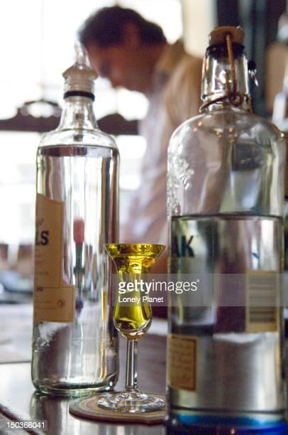 de drie fleschjes tasting house with yellow dutch gin in glass. - drie personen stock-fotos und bilder