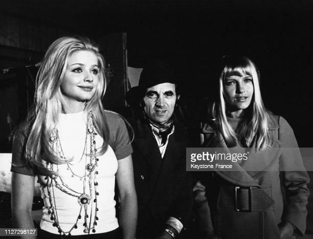 De gauche à doite Ewa Aulin Charles Aznavour et son épouse Ulla pendant le tournage du film 'Candy' de Christian Marquand à Rome Italie en 1968