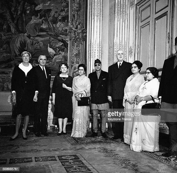 De gauche à droite Claude Pompidou Le Premier minsitre Georges Pompidou Yvonne de Gaulle la Reine Ratna le Roi Mahendra du Népal le Président Charles...