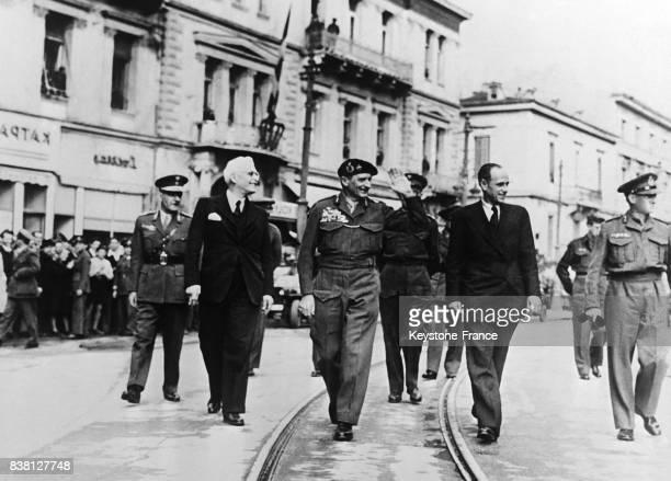De gauche à droite dans les rues de la capitale le lieutenantgénéral Crawford le ministre grec Bourdrumba le maréchal Montgomery et Monsieur...