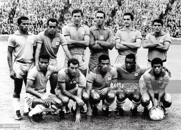 De gauche à droite debout Fidelis Zito Bellini Gylmar Orlando Henrique assis de gauche à droite Jairzinho Gérson Servilho Pelé et Amarildo à Hampden...