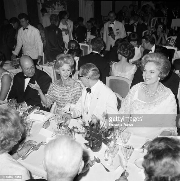 De gauche à droite, Dr Erlanger, Martine Carol, Marcel Flouret et la Begum, à Cannes, France en 1966.