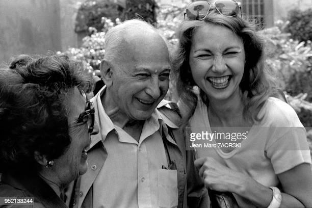 De gauche à droite Gisele Freund photographe francaise d'origine allemande Andre Kertesz photographe hongrois et la galeriste Agathe Gaillard aux...