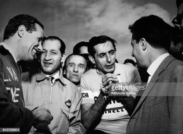 De gauche à droite l'ancien cycliste Aldo Bini Gino Bartali et Fausto Coppi qui discute avec l'organisateur du Giro Vincenzo Torriani à Milan Italie...