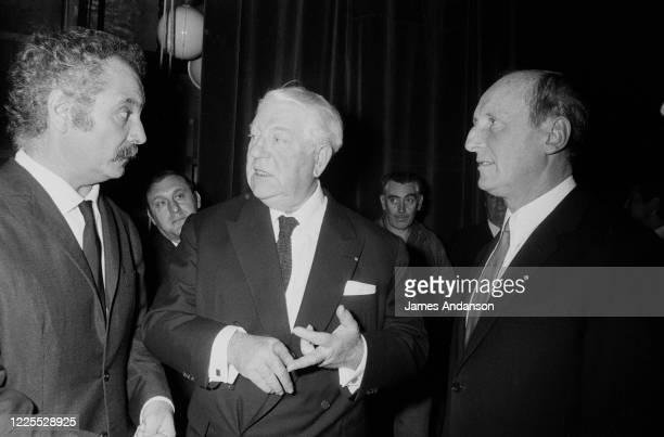 Le chanteur Georges Brassens, l'acteur Jean Gabin et l'acteur Bourvil assistent à la nuit de l'accordéon au Palais de Chaillot à Paris.