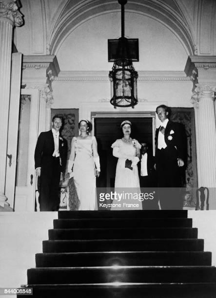De gauche à droite le duc d'York la reine Astrid la duchesse d'York et le roi Léopold III à l'ambassade britannique à Bruxelles Belgique le 2 juillet...
