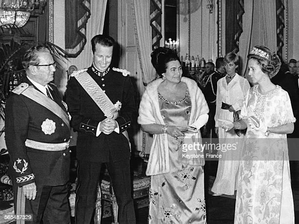 De gauche à droite le maréchal Tito le roi Baudoin Madame Tito et la reine Fabiola au cours de la réception au château royal de Bruxelles Belgique le...