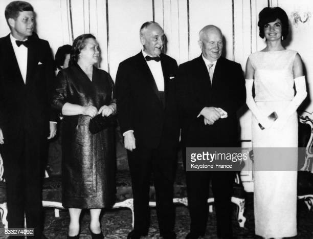 De gauche à droite le président américain JF Kennedy Madame Nina Khrouchtchev le président autrichien Adolf Schärf Nikita Khrouchtchev et Madame...