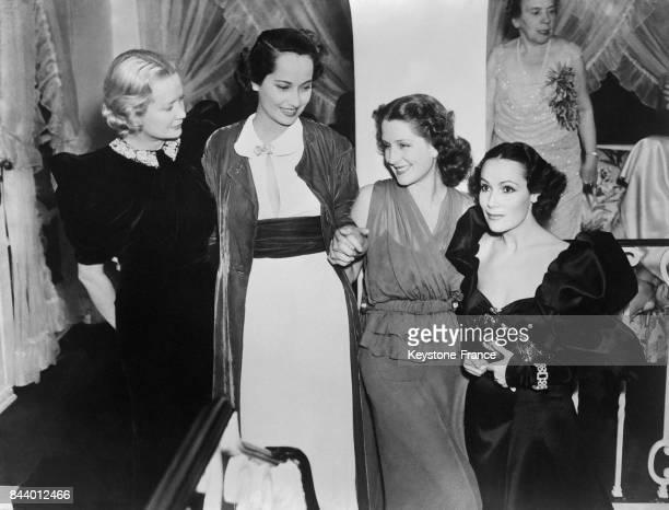 De gauche à droite les actrices Miriam Hopkins Merle Oberon Norma Shearer et Dolores del Rio photograhiées lors d'une soirée à Los Angeles Californie...