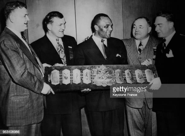 De gauche à droite les boxeurs James Braddock Joe Baksi Jersey Joe Walcott Tony Galento et Monsieur Roswell directeur du magazine 'Police Gazette'...