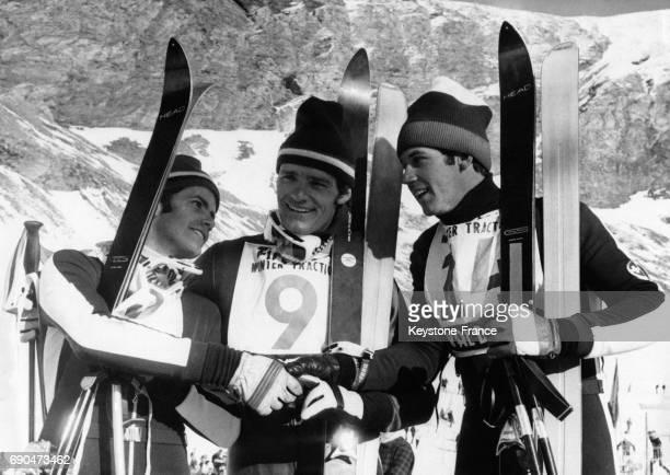 De gauche à droite les trois vainqueurs du slalom géant le Suisse Kurt Schnider le Français JeanClaude Killy et le Suisse Alois Kälin à Val d'Isère...
