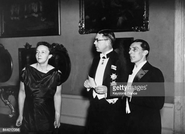 De gauche à droite Madame JoliotCurie le prince héritier GustaveAdolphe et Monsieur JoliotCurie à la remise du Prix Nobel de Chimie à Stockholm Suède...