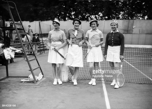 De gauche à droite Miss Stamers Miss Scriven contre Madame Hopman et Madame Adamson avant leur quart de finale au stade RolandGarros à Paris France...