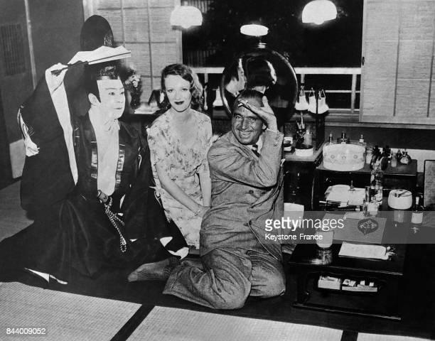 De gauche à droite Onoe Kikugoro célèbre acteur japonais lady Sylvia Ashley et Douglas Fairbanks photographiés dans la loge de l'artiste japonais au...