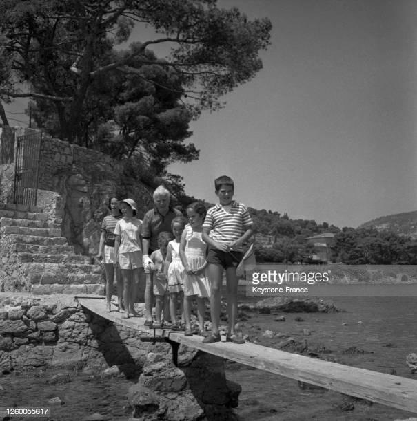 De gauche à droite, Oona, Geraldine, Charlie Chaplin, Eugène, Victoria, Josephine et Michael sur le ponton de leur villa à Saint-Jean-Cap-Ferrat,...