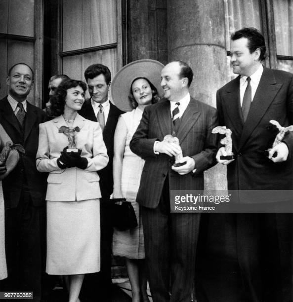 De gauche à droite Raymond Marcellin soussecrétaire d'État à l'Industrie et au Commerce Danièle Delorme Michèle Morgan Bernard Blier et Orson Welles...