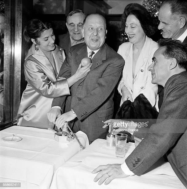 De gauche à droite Véra Clouzot Charles Vanel le lauréat Max Favalelli Arletty et au premierplan penché sur la table le célèbre metteur en scène...