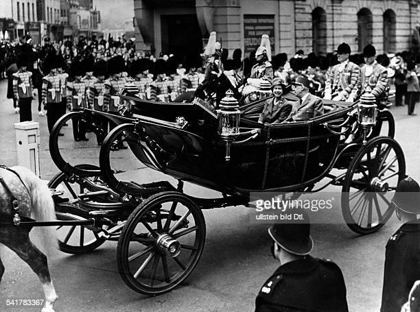 De Gaulle Charles *22111890Politiker General FrankreichStaatspraesident von 19591969 Staatsbesuch in GrossbritannienKoenigin Elisabeth II und CdG auf...