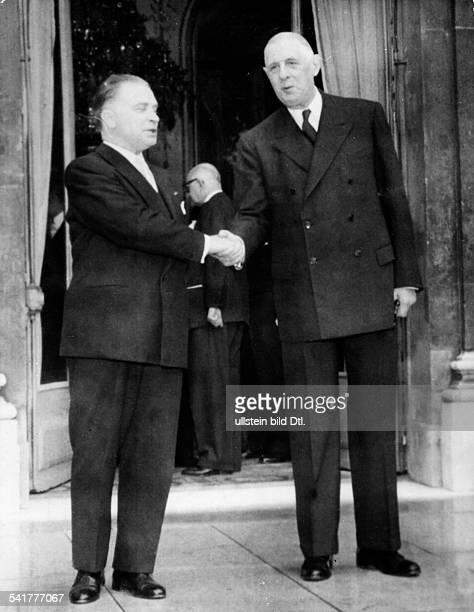De Gaulle, Charles *22.11.1890-+Politiker, General, FrankreichStaatspraesident von 1959-1969- begruesst vor dem Eingang zum Elysee-Palast den...