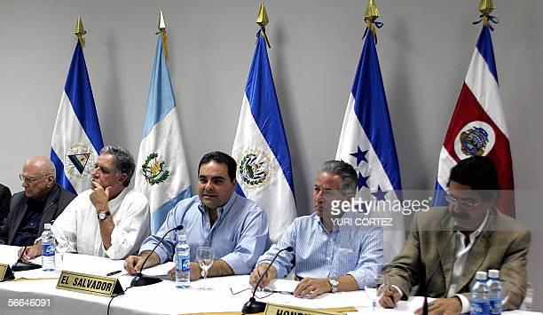 De izquierda a derecha los presidentes de Niacargua Enrique Bolanos de Guatemala Oscar Berger de El Salvador Antonio Saca de Honduras Ricardo Maduro...