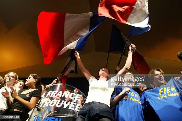 de jeunes sympathisants du président du Front national JeanMarie Le Pen dansent le 05 mai 2002 dans sa résidence à SaintCloud où il s'est exprimé sur...